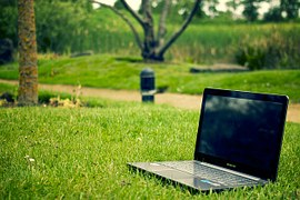 notebook in het gras